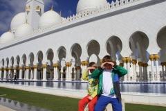 Facade Sjeikh Zajed moskee Abu Dhabi met kinderen