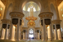 Interieur Sjeikh Zajed moskee Abu Dhabi met kinderen
