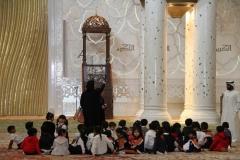 Les in de Sjeikh Zajed moskee Abu Dhabi met kinderen