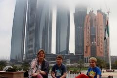 Poseren bij de Emirates hotel Abu Dhabi met kinderen