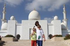 Poseren bij de Sjeikh Zajed moskee Abu Dhabi met kinderen