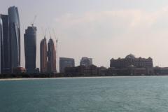 Skyline Abu Dhabi stad met kinderen