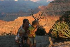 Geinig tafereel bij de grand canyon Amerika met kinderen
