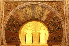 Algeheel prachtig deze gebedsnis, mihrāb, in de Mesquita Andalusië met kinderen