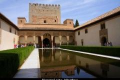 Binnenplaats Alhambra Andalusië met kinderen