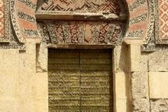 Buiten de muren van de Mesquita Cordoba Andalusië met kinderen