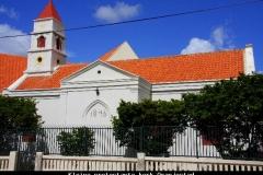 Kleine protestante kerk Oranjestad Aruba met kinderen
