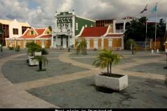 Mooi plein in Oranjestad Aruba met kinderen