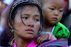 Moeder en dochter Bhutan met kinderen