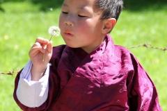 Jongen Bhutan met kinderen