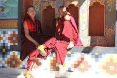 Monnik Bhutan met kinderen