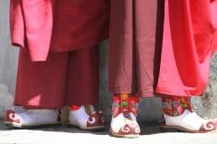 Monnik schoeisel Bhutan met kinderen