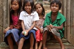 Cambodja kids poseren bij Banteay Srei Cambodja