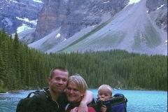 Happy family bij Morraine lake Canada met kinderen