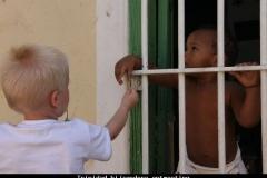 Aandoenlijke ontmoeting in Trinidad Cuba met kinderen
