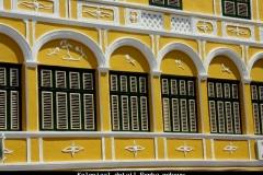 Koloniaal detail Penha gebouw Willemstad Curacao met kinderen