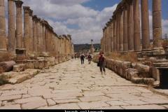 Jerash collonnade Jordanië met kinderen