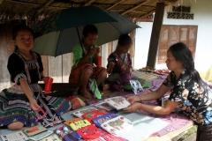 Jonge verkoopsters Laos