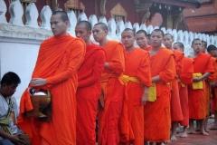 Luang Prabang Laos bevolking geeft monikken eten