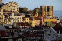 Alfama bij zonsondergang Lissabon met kinderen