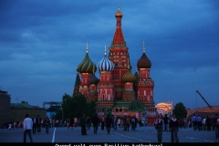 Avond valt over basilius kathedraal Moskou met kinderen