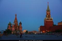 Kremlin in de avondschemer Moskou met kinderen