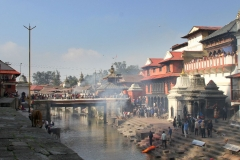Pashupatinath tempel Kathmandu met kinderen
