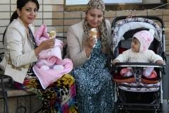 IJsje eten in Samarkand Oezbekistan met kinderen