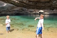 Bimmah sinkhole Oman met kinderen