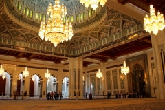 Interieur Sultan Qaboos moskee Oman met kinderen