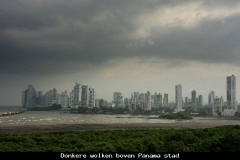 Donkere wolken boven Panama stad