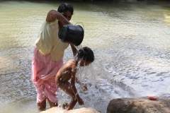 Wassen Sri Lanka met kinderen