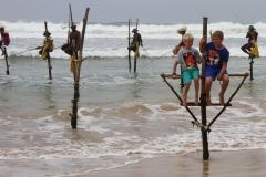 Paalvissers Sri Lanka met kinderen