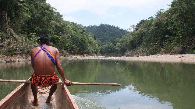 Embera-indianen Panama met kinderen