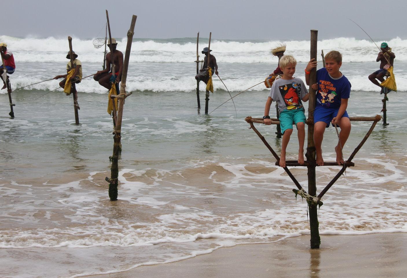 Sri Lanka paalvissers met kinderen