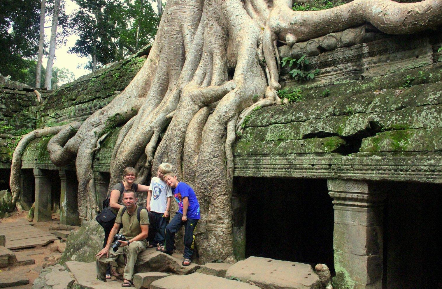 met de kinderen op reis in cambodja