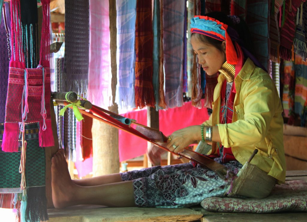 Werkende Padaung vrouw Mae Hong Son Thailand met kinderen