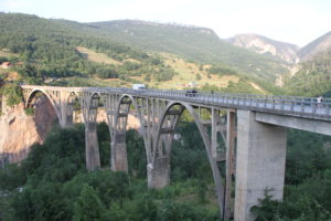 Tara brug en canyon Montenegro met kinderen