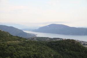 Uitzicht op baai Kotor bij binnenkomst vanuit Bosnië