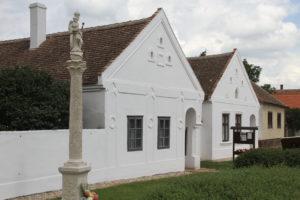 Monumentale woningen in dorpjes rond Ferto Hansag nationaal park Hongarije met kinderen