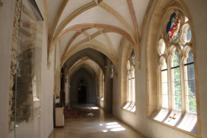 Klooster gang Pannonhalma klooster Hongarije met kinderen