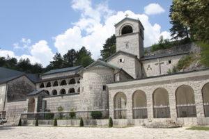 Cetinje klooster Montenegro met kinderen